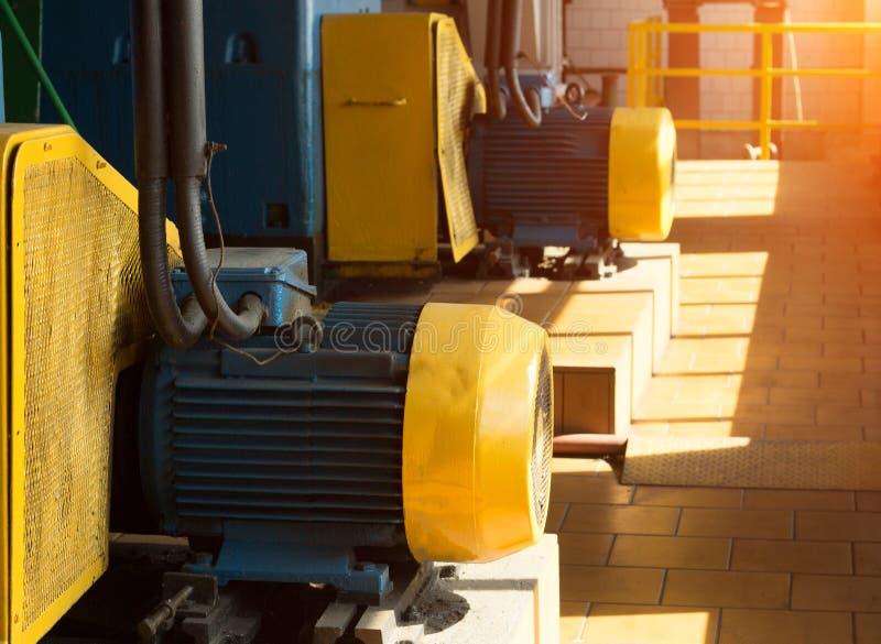 Dwa wielkiego elektrycznego silnika w produkcja warsztacie przeciw tłu światło słoneczne, elektryczny silnik zdjęcie stock