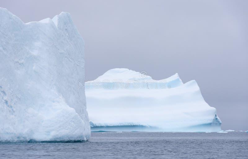 Dwa Wielkiej góry lodowej Na powierzchni w Południowym oceanie zdjęcie stock