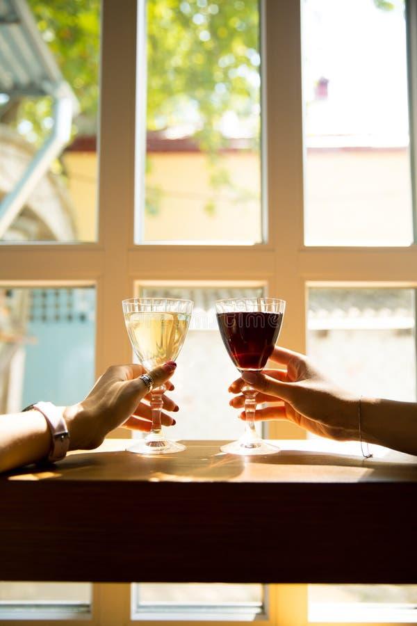 Dwa wina szkła z pluśnięciem czerwony i biały wino obraz stock