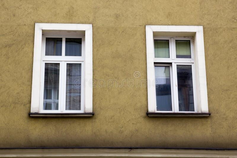 Dwa Windows na fasadzie żółty dom obrazy stock