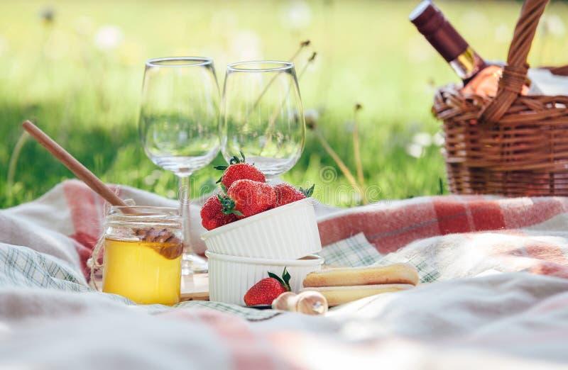Dwa wino czara, świeżej truskawka, miód i winu, słuzyć fo obrazy stock