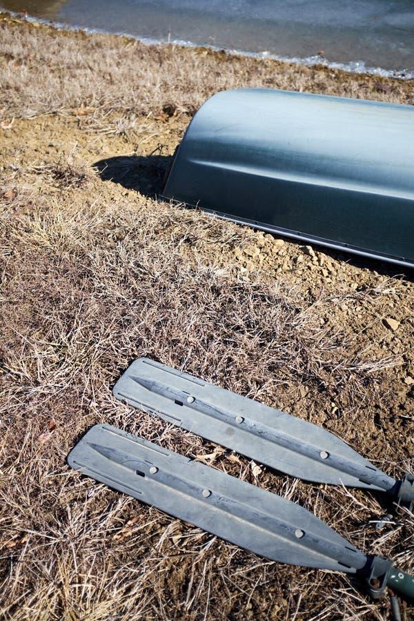 Dwa wiosła z aluminiowymi ostrzami kłama na ziemi obraz stock