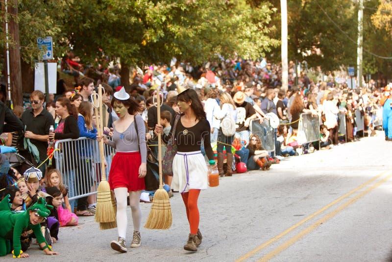 Dwa Współczesnej czarownicy Chodzą Halloweenową parady trasę obraz royalty free