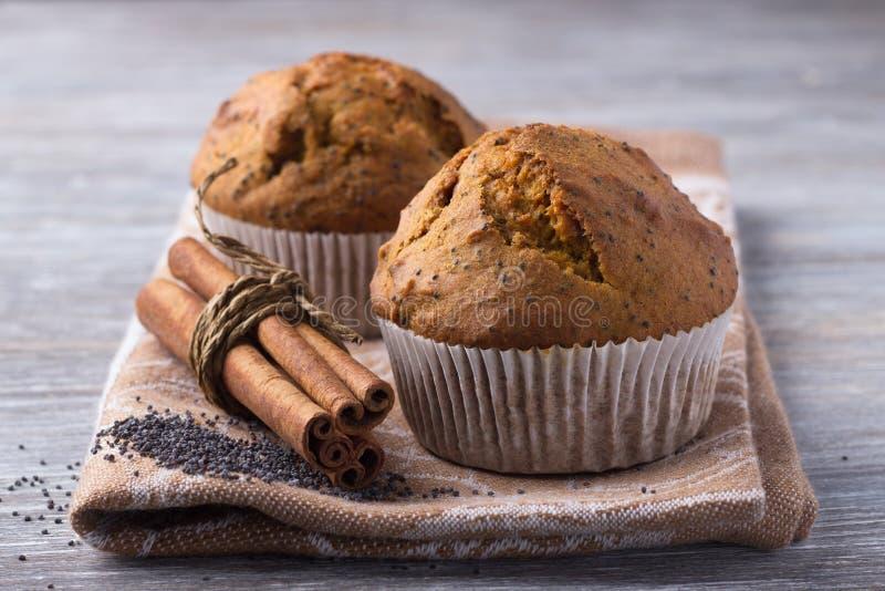 Dwa wyśmienicie świeżego domowej roboty dyniowego muffins z makowymi ziarnami obrazy royalty free