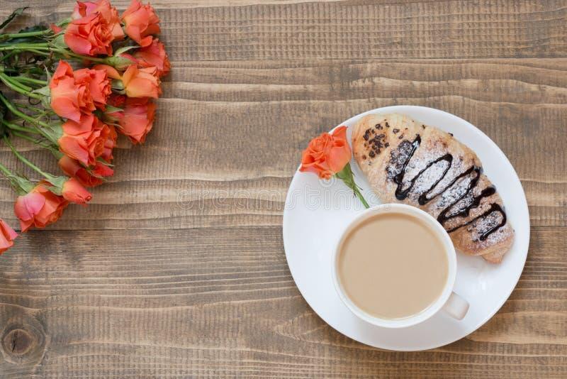 Dwa wyśmienicie świeżo piec czekoladowej filiżanki kawy na drewnianej desce i croissants Odgórny widok śniadaniowy kawowy pojęcia obraz royalty free