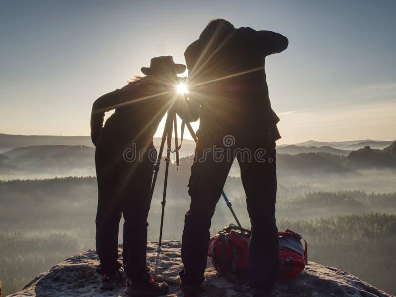 Dwa wycieczkowicza bierze obrazki i rozmowę na górze góry dw?ch fotograf?w royalty ilustracja