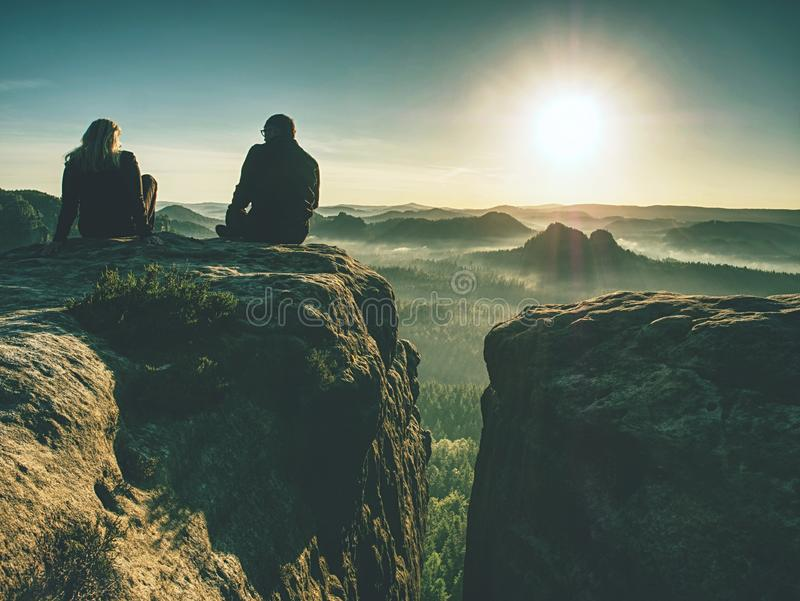 Dwa wycieczkowicza bierze obrazki i rozmowę na górze góry dw?ch fotograf?w ilustracja wektor