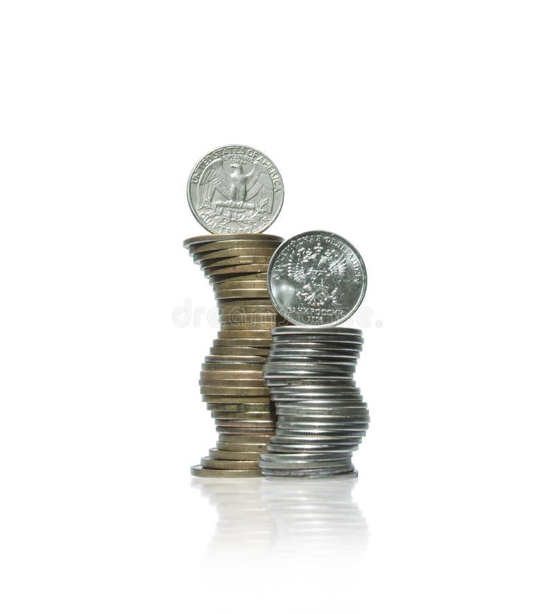 Dwa wyginającego się stosu żółtego i białego metalu monety z dolarem i fotografia royalty free