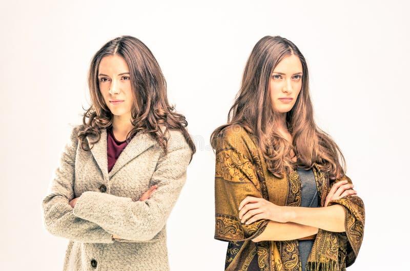 Dwa wzburzonej młodej kobiety z różnymi opiniami obraz royalty free