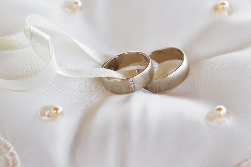 Dwa złocistej obrączki ślubnej na poduszce fotografia stock
