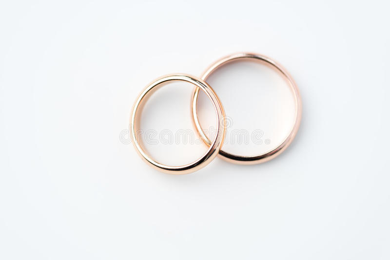 Dwa złotej obrączki ślubnej odizolowywającej na bielu obraz royalty free