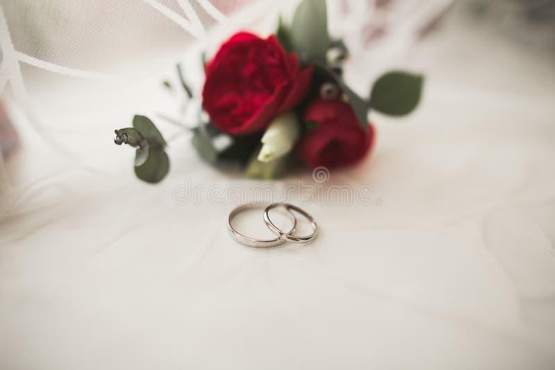 Dwa złotych obrączek ślubnych tła odosobniony pojęcie obraz royalty free