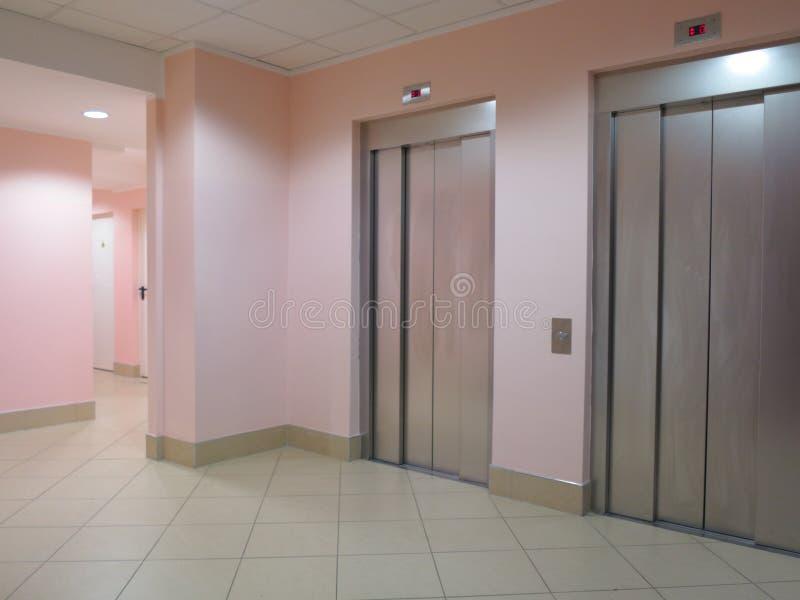 Dwa zamykającej windy w biznesu lobby obrazy stock