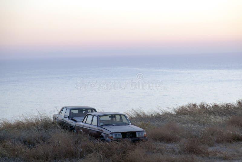 Dwa zaniechanego samochodu w wyspie Grecja zdjęcie royalty free