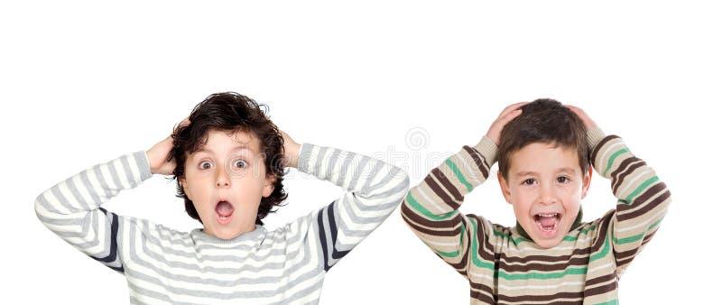 Dwa zdziwionej chłopiec otwiera ich usta zdjęcia royalty free