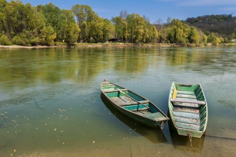 Dwa łodzi na brzeg rzeki zdjęcie royalty free