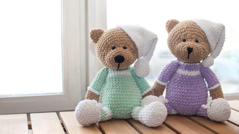 Dwa zwierz?t Brown faszeruj?cy mi? na drewno stole Trykotowe handmade zabawki zdjęcia stock