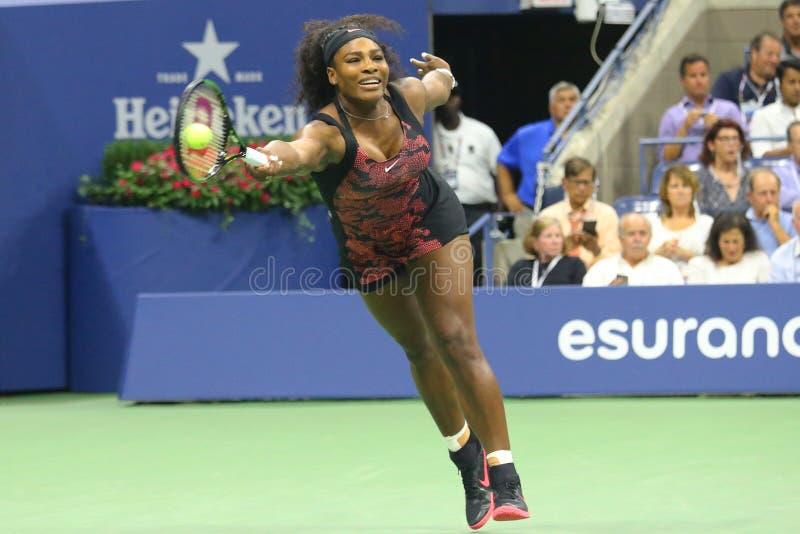 Dwadzieścia czasów wielkiego szlema jeden mistrz Serena Williams w akci podczas jej ćwierćfinału dopasowania przeciw Venus Willia zdjęcia stock