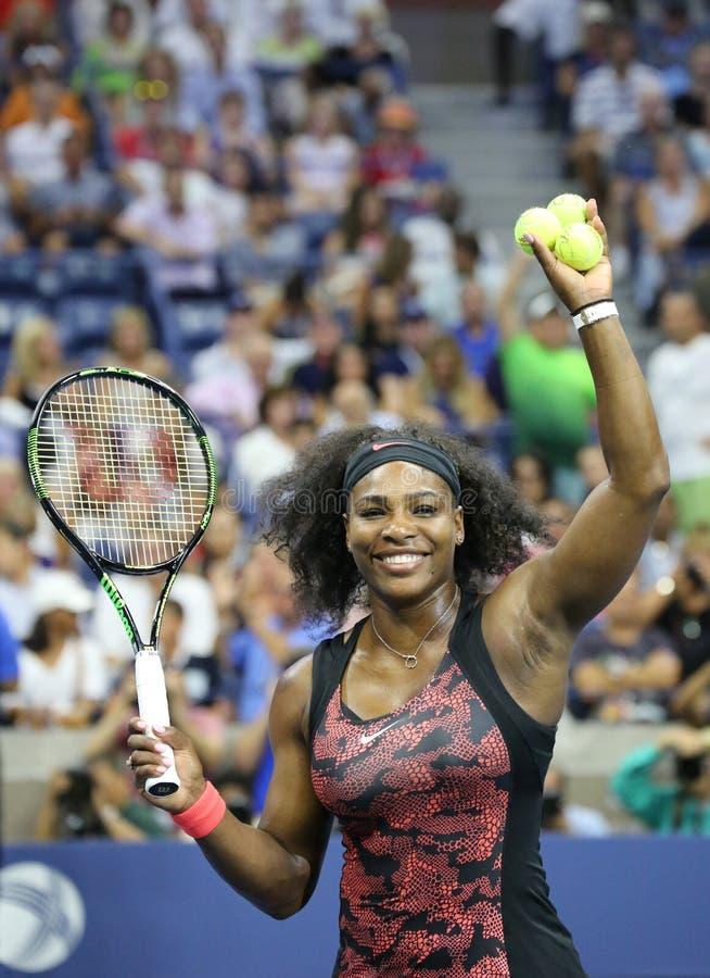 Dwadzieścia czasów wielkiego szlema jeden mistrz Serena Williams w akci podczas pierwszy round dopasowania przy us open 2015 zdjęcie stock