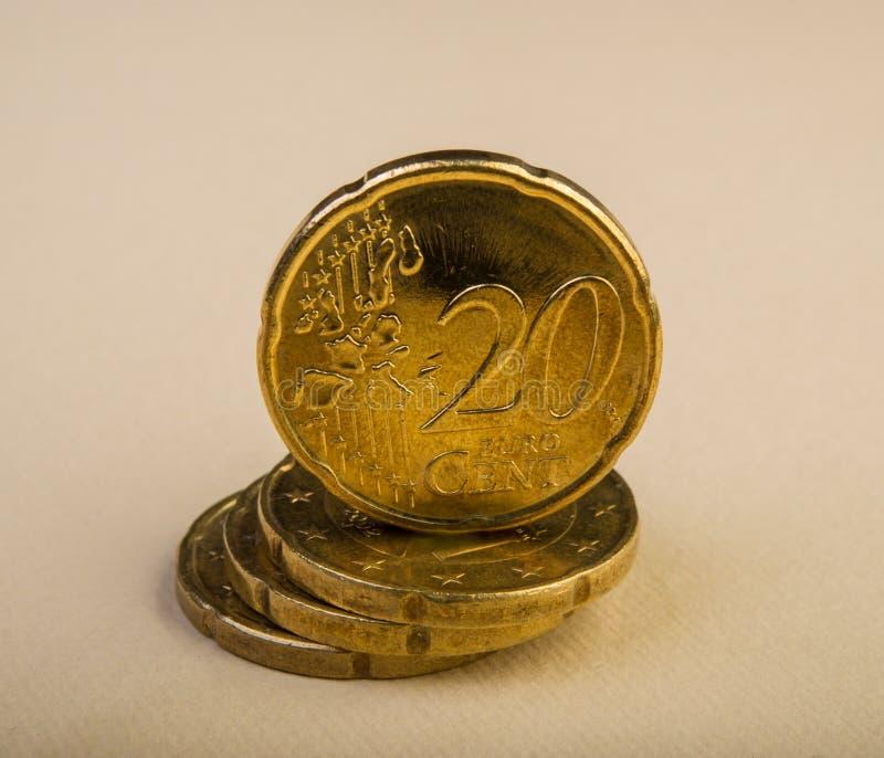 Dwadzieścia euro centu monet kłamają na stosie monety Monety na plamie obrazy stock