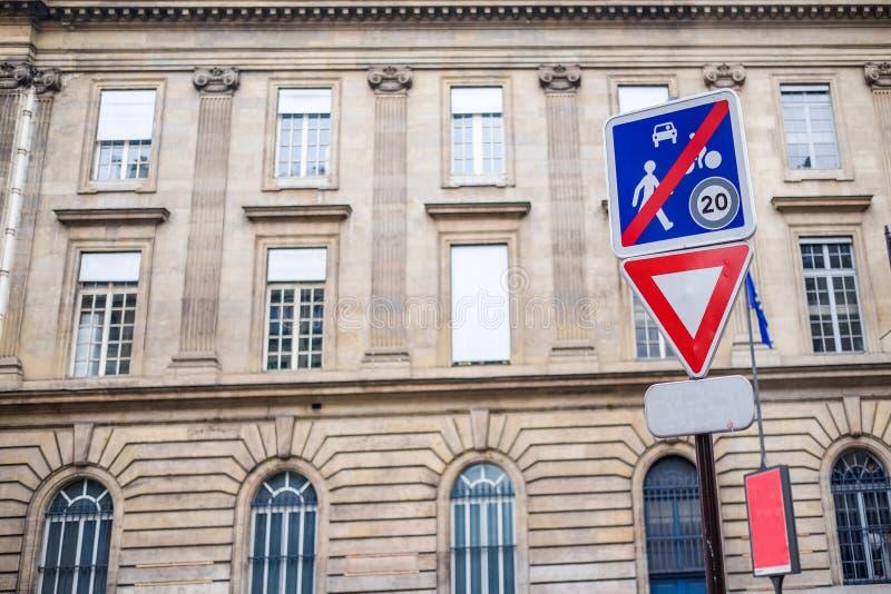 Dwadzieścia mil na godzinę znak uliczny z okno wzorem obraz royalty free