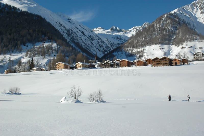 Dwars Land dat in de Zwitserse Alpen skiô royalty-vrije stock afbeeldingen