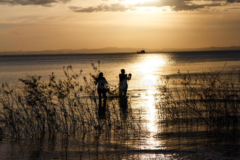 Dwars-licht van mensen in het meer van Nicaragua stock afbeelding