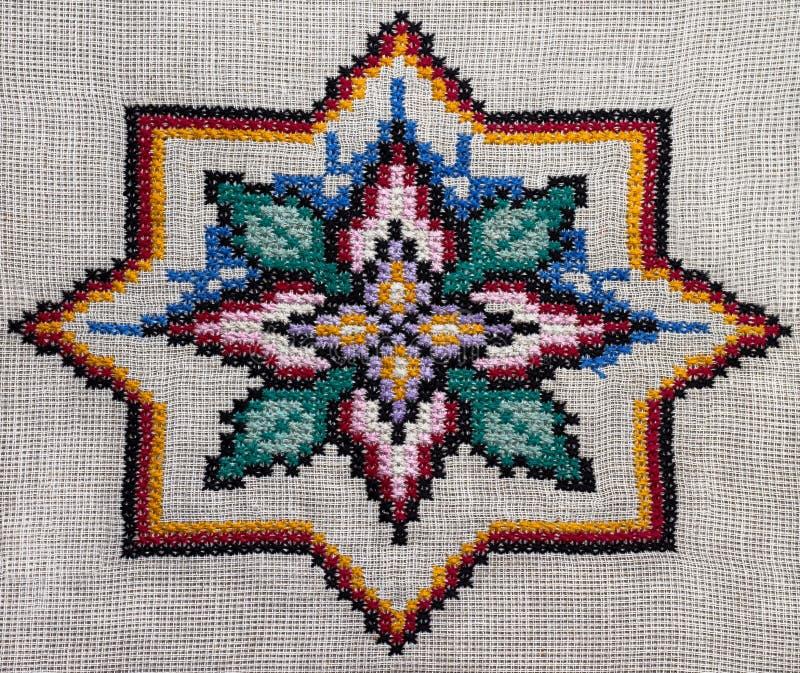 Dwars-steek met de hand gemaakt borduurwerk Het ronde kleurrijke patroon royalty-vrije stock afbeelding