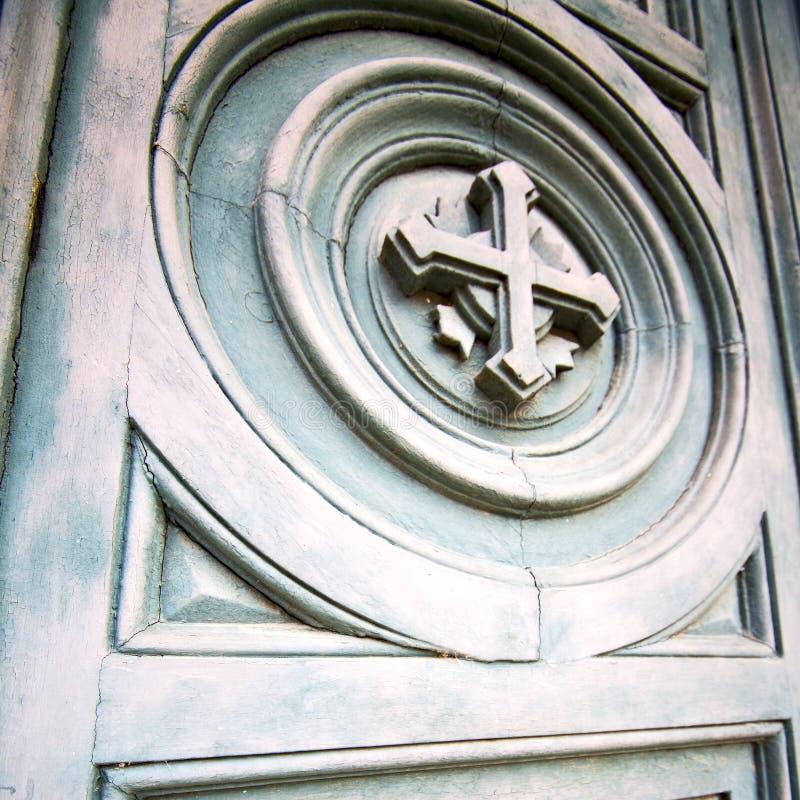 dwars traditionele deur in ancianhout van Italië en tradit stock foto's