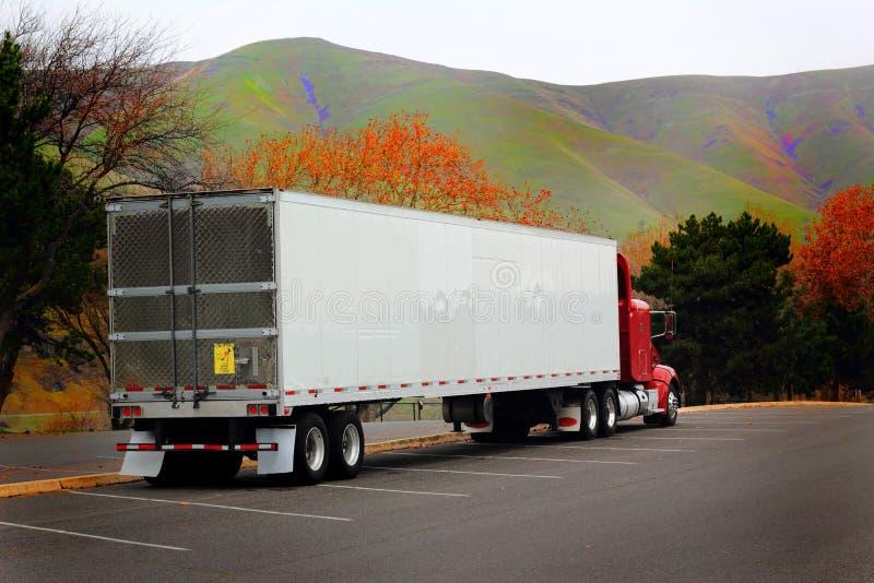 Dwarsbalk Semi Vrachtwagen stock afbeelding