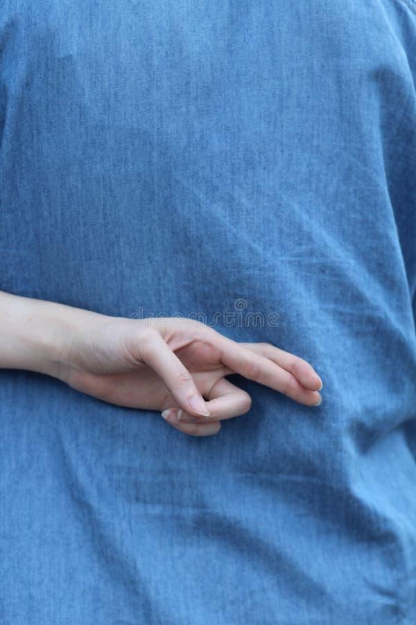 Dwarsvinger bij rug van blauw Jean stock afbeeldingen