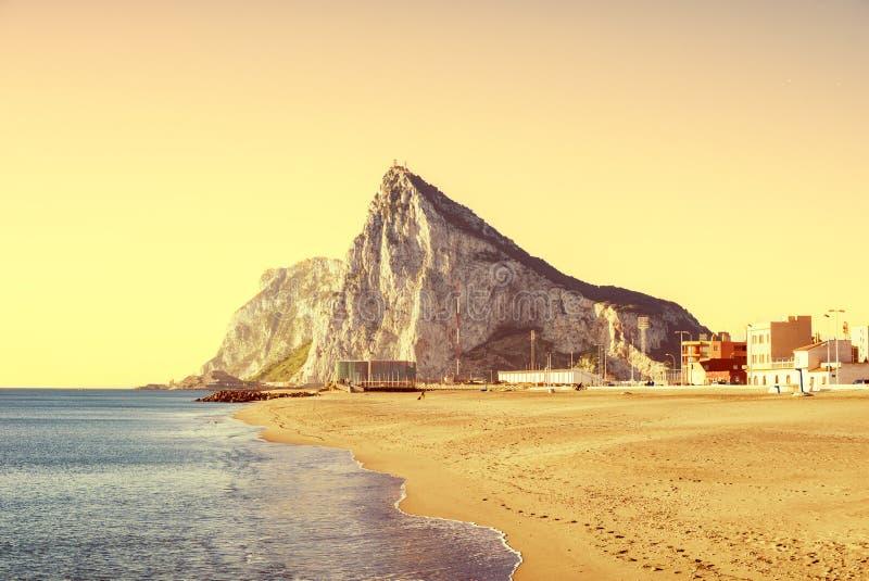 Dwayne Johnson di Gibilterra come visto dalla spiaggia di La Atunara, nella L fotografia stock
