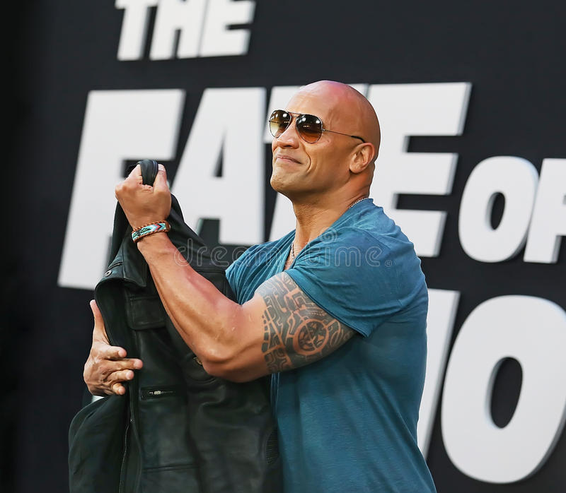 Dwayne Johnson Flexes Large Tattooed Bicep foto de archivo