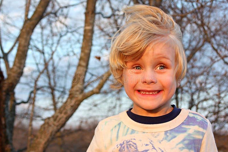 Dwaze Jongen die buiten glimlachen royalty-vrije stock fotografie
