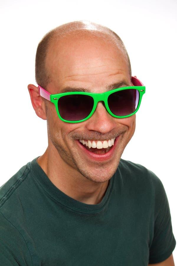Dwaze Mens met Kleurrijke Zonnebril stock fotografie