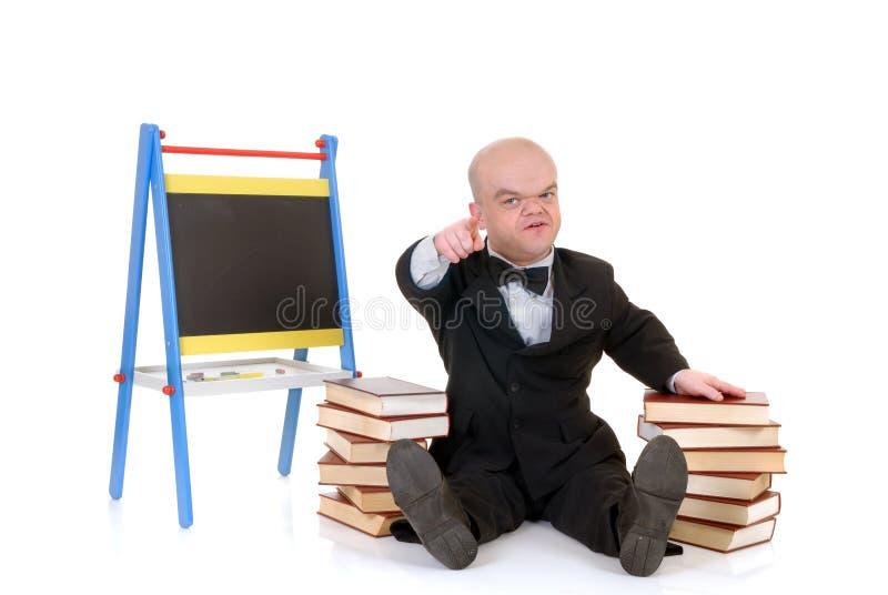 Dwerg, weinig mens met boeken royalty-vrije stock fotografie