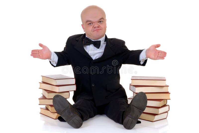 Dwerg, weinig mens met boeken stock foto