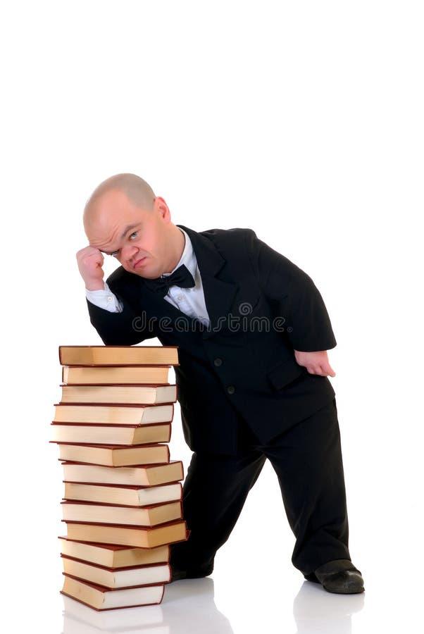 Dwerg, weinig mens met boeken royalty-vrije stock foto's