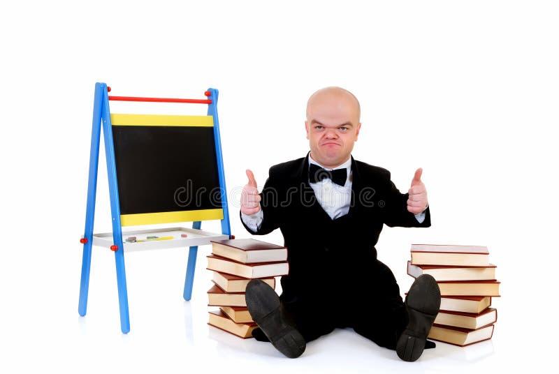 Dwerg, weinig mens met boeken royalty-vrije stock afbeeldingen