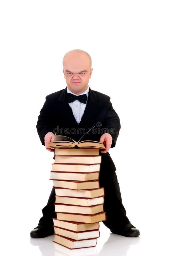 Dwerg, weinig mens met boeken stock afbeeldingen