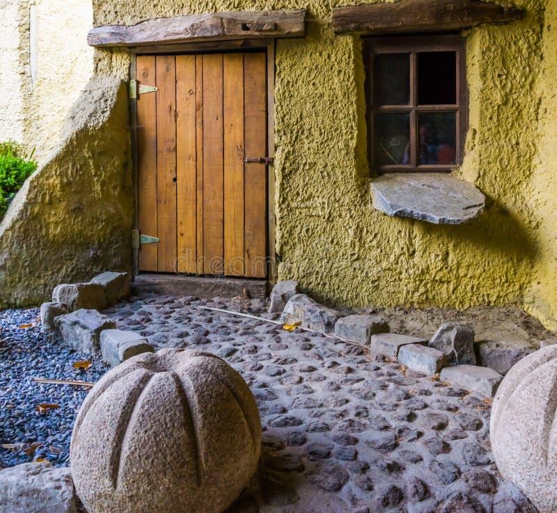 Dwerghuis met het lopen van weg aan de voordeur, het huis van het fantasiekarakter, sprookjehuizen royalty-vrije stock foto's