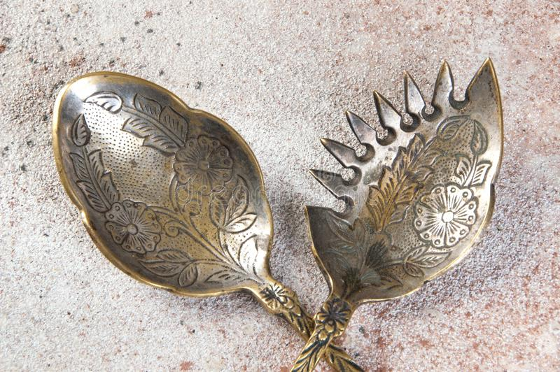 Dwie antykowe mosiężne łyżki sałatkowe zdjęcia stock