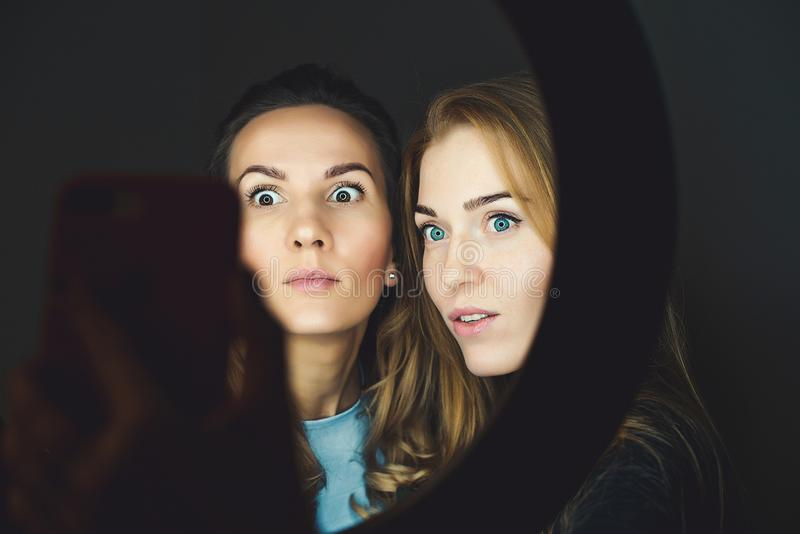 Dwie przyjaciółki zabierają selfie przez telefon Szczęśliwe dziewczyny z pięknym makijażem, bawiące się razem Szczęśliwych wakacj obrazy stock