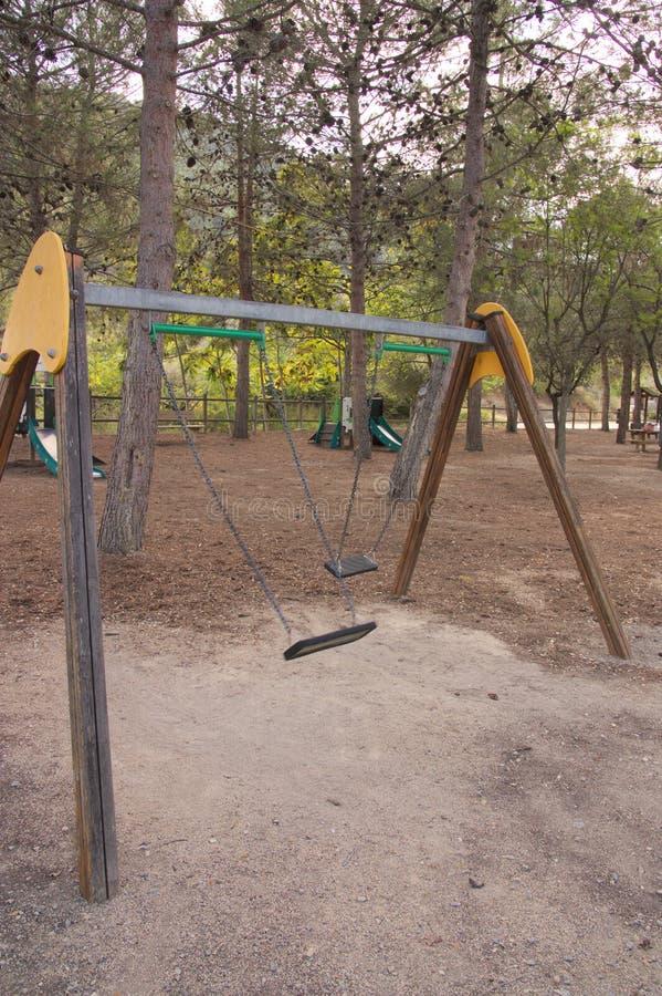 Dwoista huśtawka w parku w rekreacyjnym terenie fotografia stock