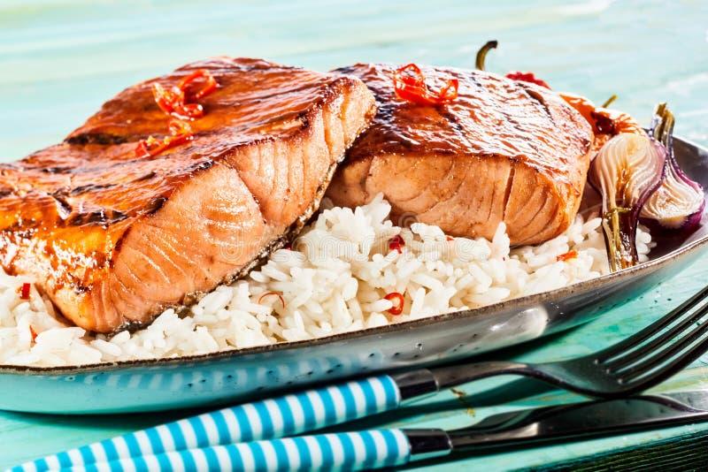Dwoista porcji porcja smakosz piec na grillu łosoś obrazy royalty free
