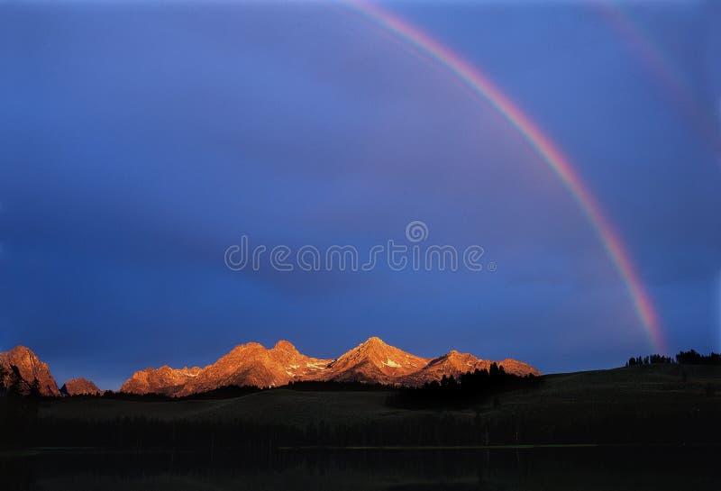 Dwoista tęcza i polana szalejemy przy wschodem słońca, Redfish jezioro, Sawtooth pasmo, Idaho zdjęcia royalty free