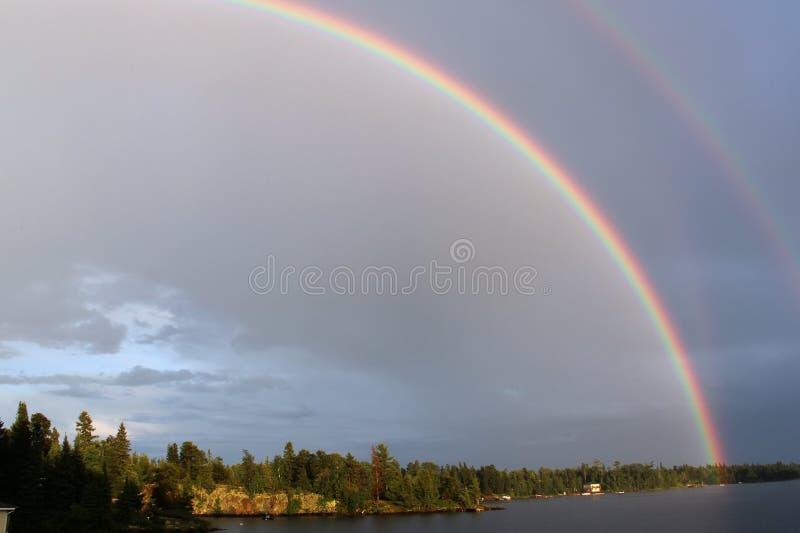 Dwoista tęcza nad jeziorem drewna, Kenora, Ontario zdjęcia royalty free