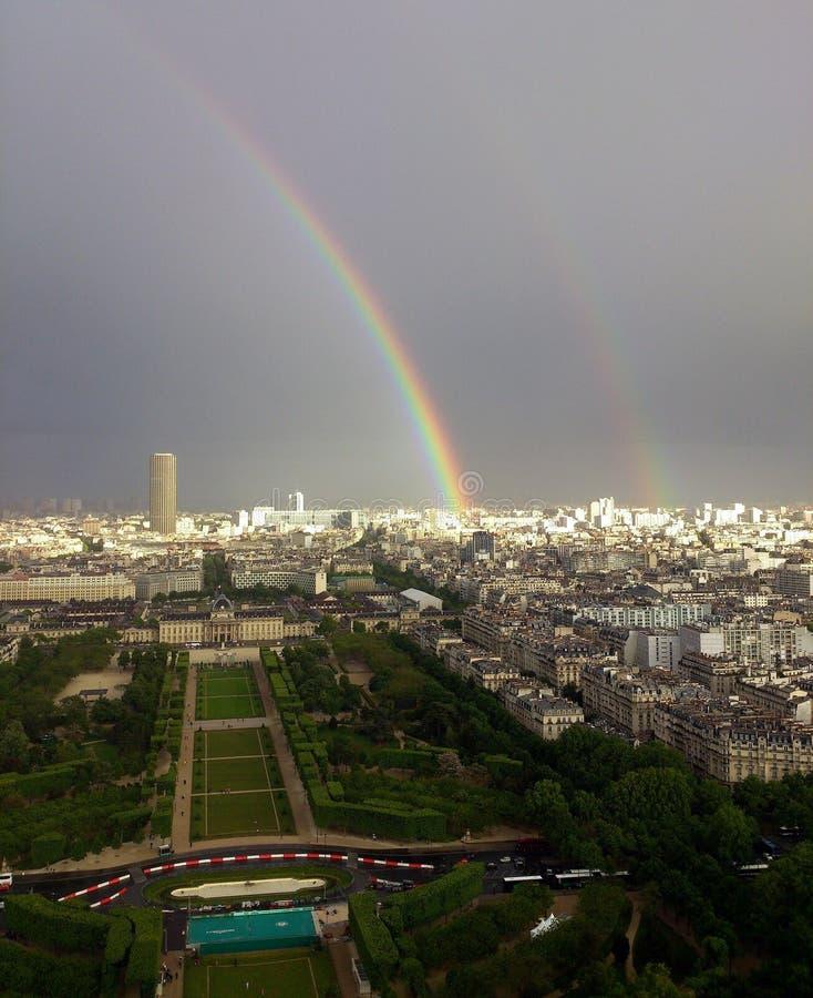 Dwoista tęcza Nad Paryż, widok z lotu ptaka zdjęcie royalty free
