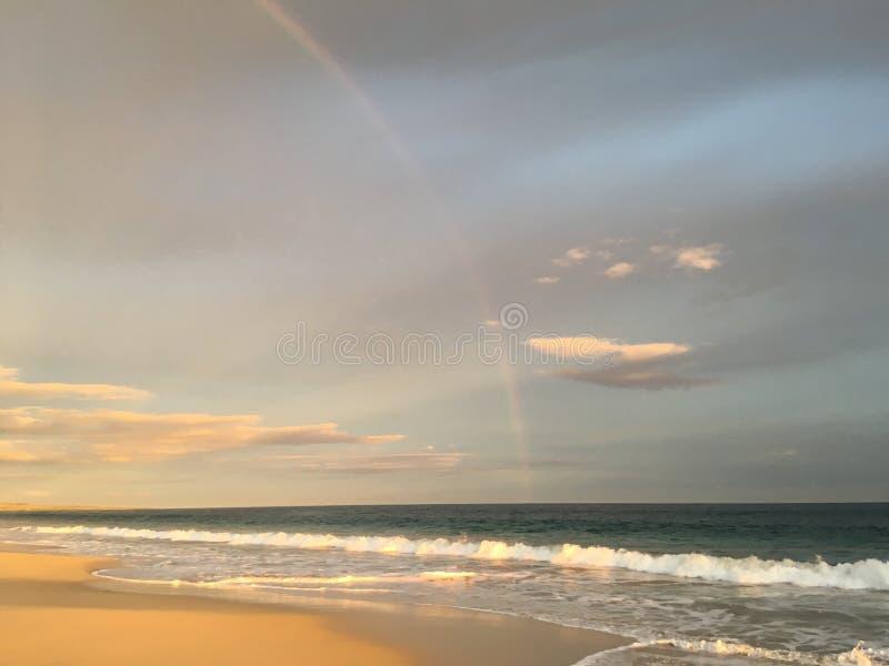 Dwoista tęcza Widzieć podczas zmierzchu po tym jak deszcz nad Waimea jar i Pacyficzny ocean od plaży w Kekaha na Kauai wyspie, Ha fotografia royalty free
