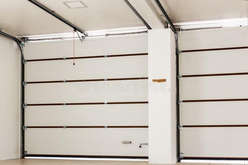 Dwoistego miejsca garażu pusty wnętrze z automatycznymi drzwiami zdjęcia royalty free